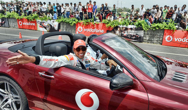 Hamilton spreads the F1 buzz in Bangalore