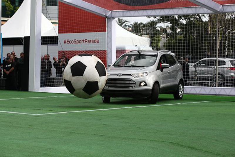 Ford EcoSport plays football with Robinho and Marcos