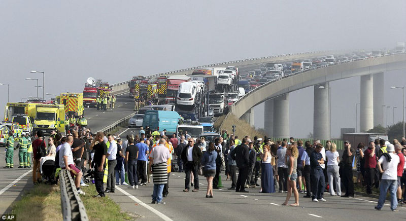 100 cars crashed during an accident in UK The biggest single accident in Britain's history due to fog