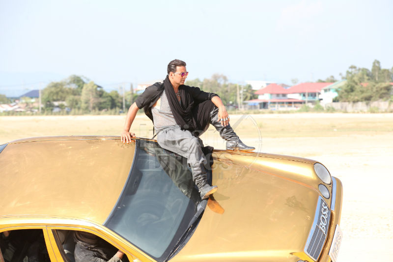 Akshay Kumar makes grand entry on top of a Gold Mercedes Benz for 'Boss'