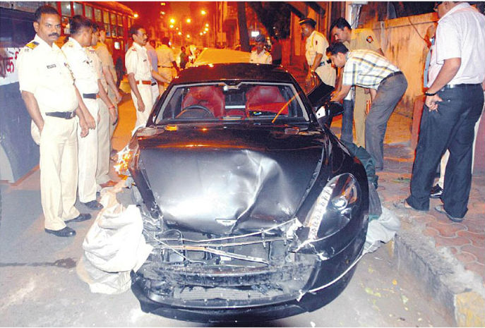Aston Martin Rapide worth Rs. 4.5 crore crashed during an accident in Mumbai