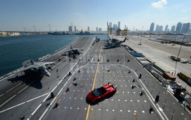 Veneno Roadster su portaerei Cavour