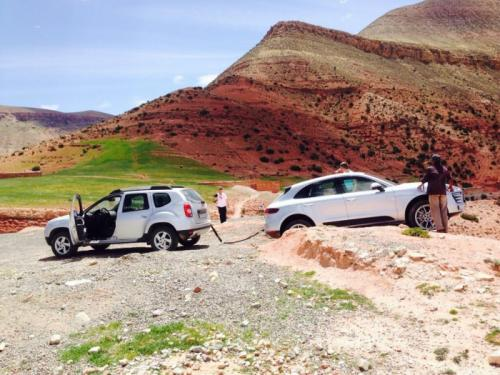 Renault Duster Rescues Porsche Macan from an Off-Road Mess