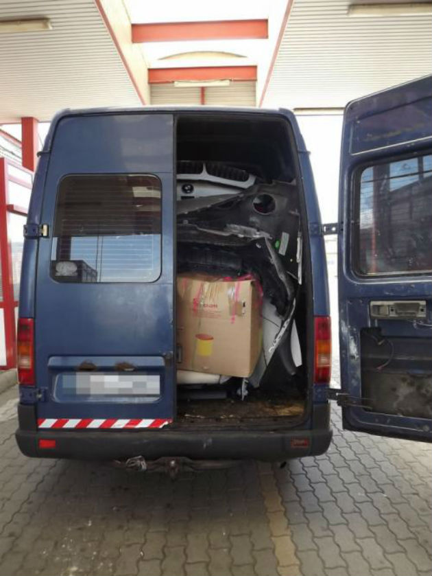 Thief squeezed BMW X6 inside a Volkswagen LT van
