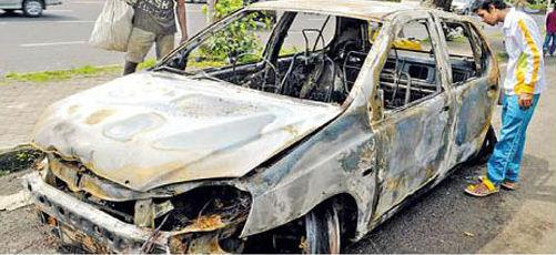Tata Indica Caught Fire In Mumbai